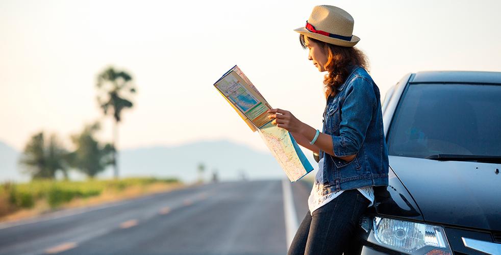 Viajando sozinha de carro mulher