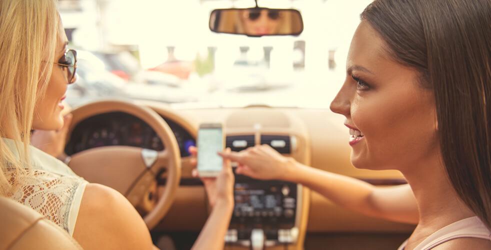 Vai pegar a estrada? Então veja dicas de app para as viajantes!