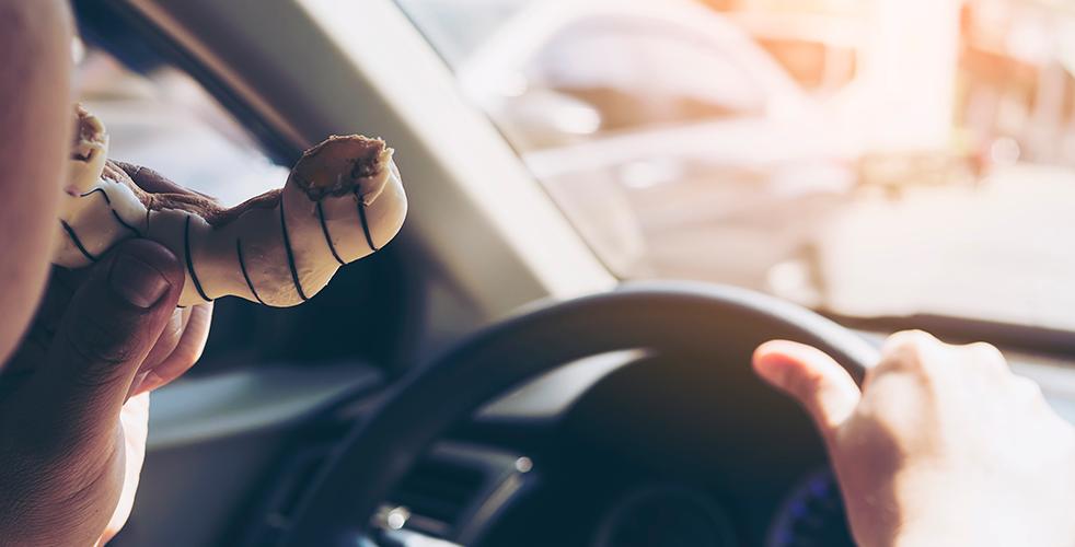 Você tem o hábito de dirigir comendo?